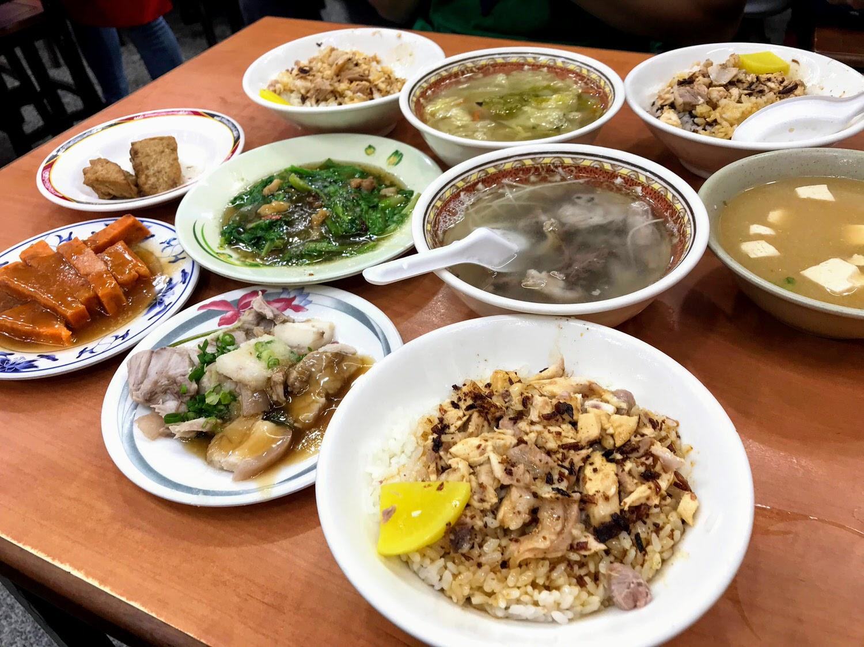 【嘉義|東區】民主火雞肉飯|特色油蔥醬汁雞肉飯與特別的橘紅蟳粿|百元有找的在地飄香好滋味