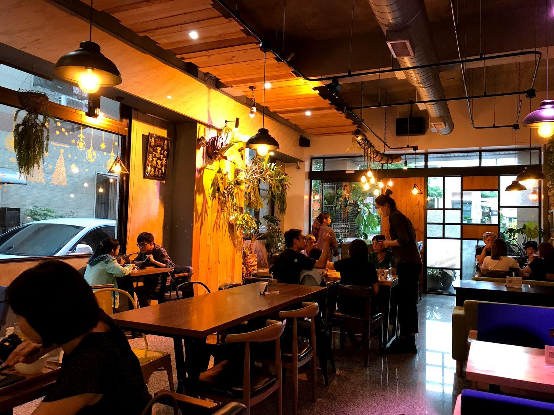 【台南 東區】兩斤家廚房 1.2 kg kitchen 簡餐推薦 有靈魂的唐揚雞 銷魂的明太子豬排 最好吃的唐揚雞 簡約工業風