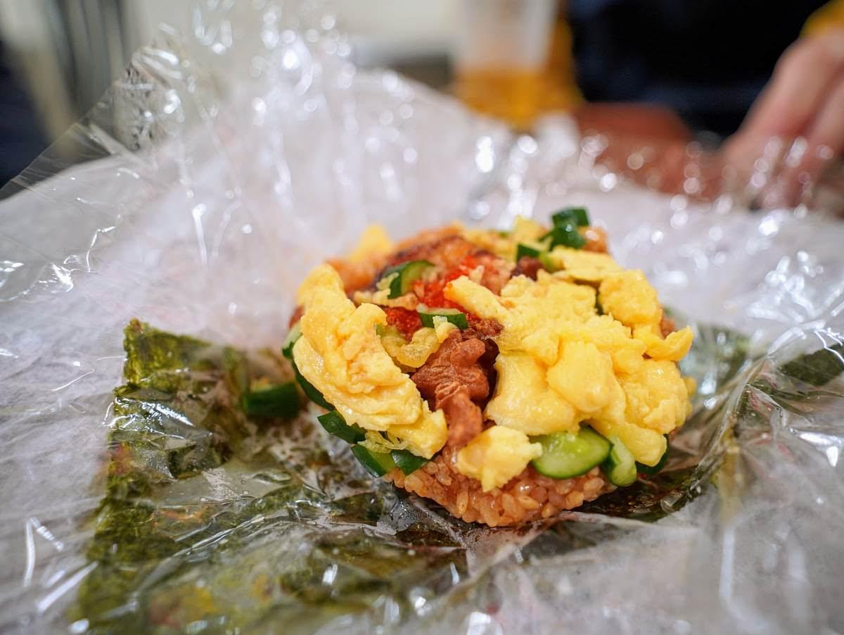 享吃飯糰。澎湖北辰市場的滿足飯糰|攜帶型唐揚炸雞炒飯