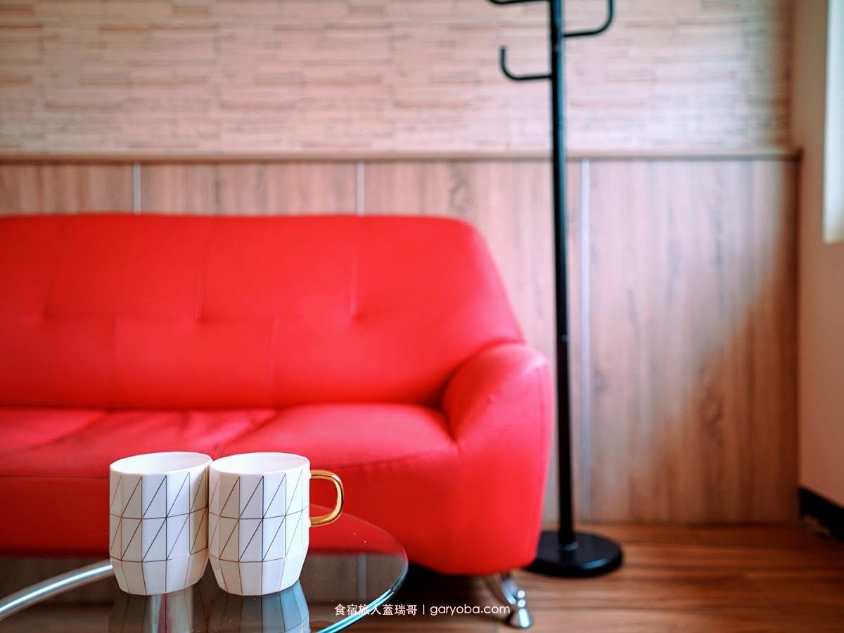 金門歡樂滿屋民宿。郊區的寧靜鬧區的便利|休息區的各式洋酒任你喝