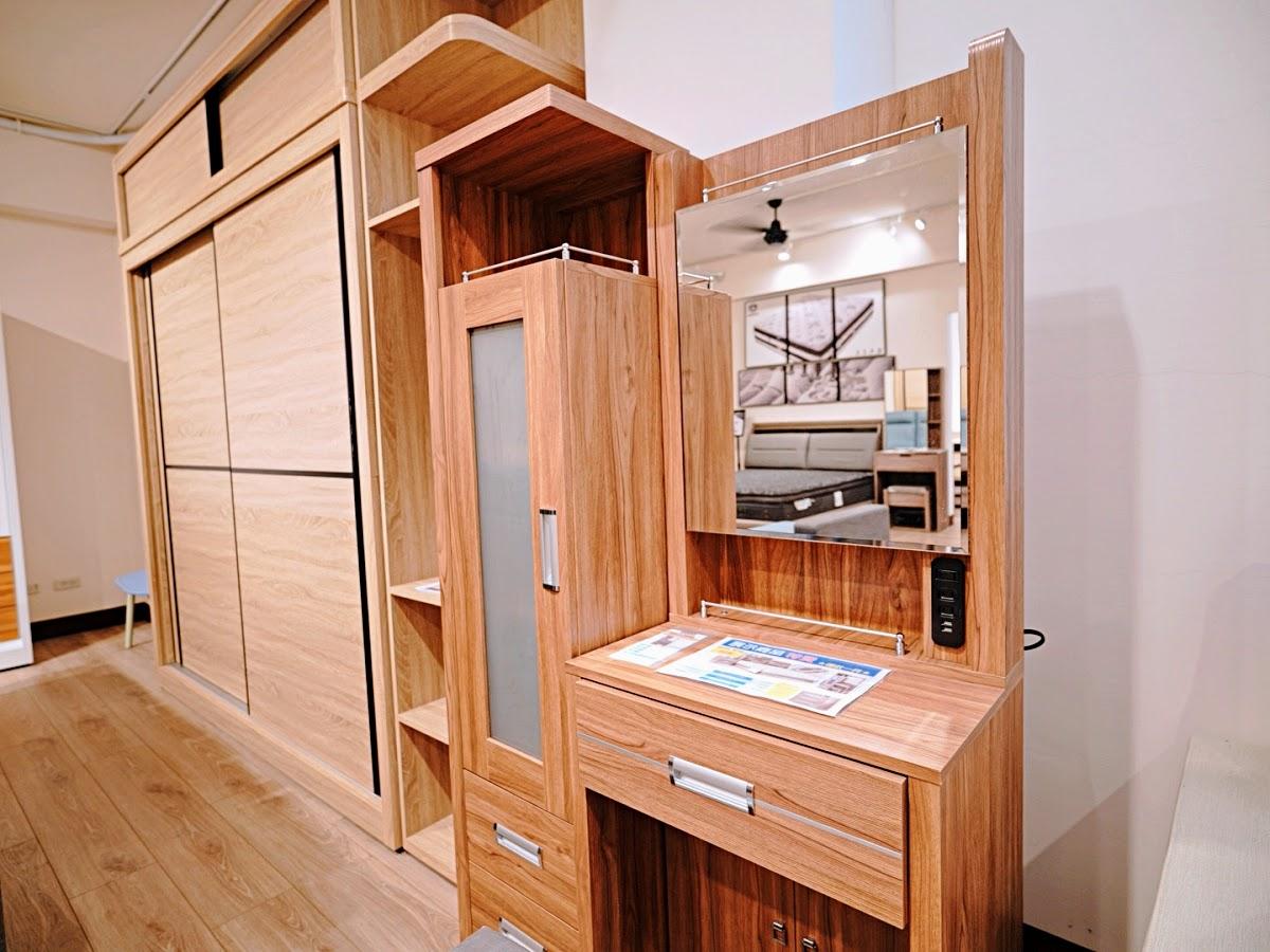 直人木業傢俱-高雄展示間。空間明亮簡約,輕裝修好選擇 高雄家具推薦