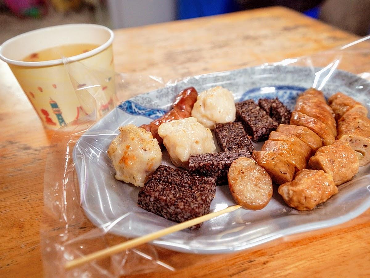 澎湖 阿豹香腸攤。廟前大啖美食的爽快感|特色油蔥酥關東煮湯喝爽爽